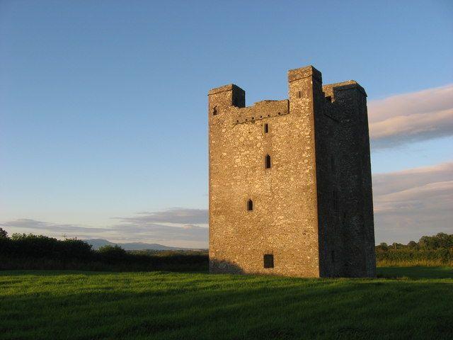 Il Castello di Roodstown è situato nella contea di Louth, in Irlanda lungo una strada di campagna tranquilla su un crinale di primo piano si affaccia sulla incredibilmente bella e verde vallata del fiume Dee sorge questa magnifica casatorre del XV secolo una casa torre di quattro piani.