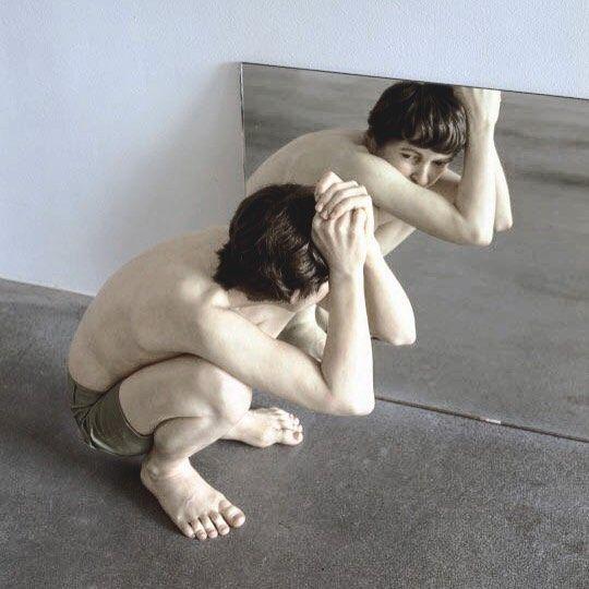 Ron Mueck Crouching boy in a mirror 1999-2000  #ronmueck est un artiste contemporain australien vivant en Angleterre. Il s'inscrit dans le courant de l'#hyperrealism sculptural. Son œuvre est basé sur le jeu d'échelle : il agrandi déforme compresse des corps qui sont troublants de réalisme.  #artcontemporain #contemporaryart #sculpture #artiste #mueck #masterpiece