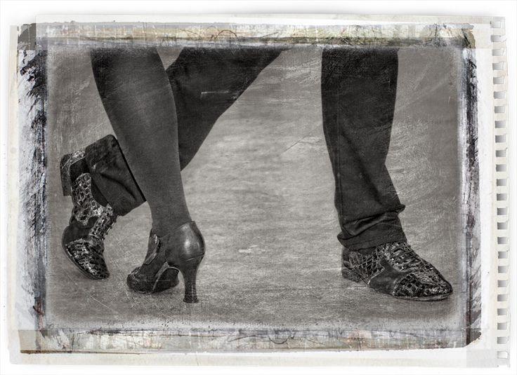 Bijthuiskomst hangt er in de hal van het appartementengebouw waar ik woon een poster van de dansschool Tango Deseo. De tango een dans die mij altijd al heeft geïntrigeerd door de bijzondere bewegingen, pasjes en strakke uitdrukking van de dansers.