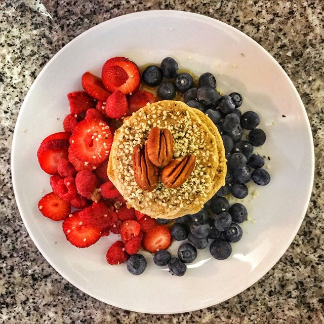 #VEGANPANCAKES  #VEGANCOCONUT PANCAKES  #Recipe 👩🏻🍳#INGREDIENTS 📍2 cups of #Oatmeal 📍1 cup of coconut milk 📍2 tbsp of coconut flour 📍1 tsp of coconut oil 📍1 tsp of cinnamon 📍 1 tsp of baking power 📍Maple syrup  #INSTRUCTIONS 📍🤤 put in a blender all the ingredientes 😄 but the mix should be thick very thick so put mix in the pan! And eaaaat it 😻😻😻😻🤤🤤🤤🤤🤤 -------------------------------------------- #RECETA  #INGREDIENTES 📍 2 tazas de #avena entera 📍 1 taza de leche de…