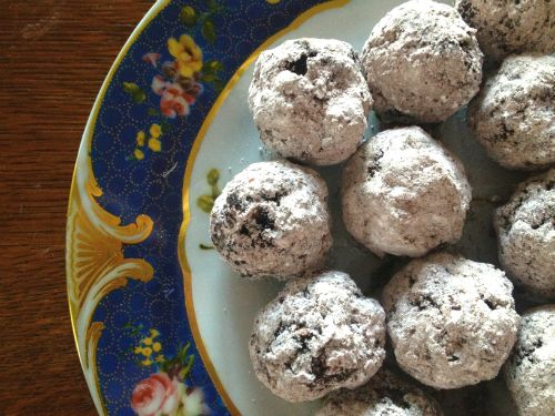 Spicy Mexican Chocolate Tequila Balls - in the style of bourbon balls but so much more fun! No-bake and super easy, too. #holiday #christmas #cookie