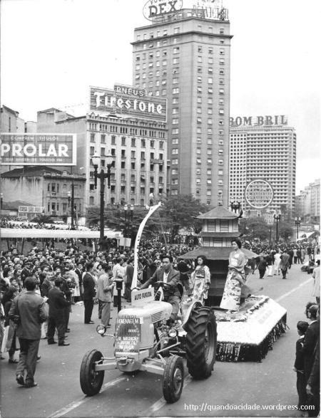23 de julho de 1958, um desfile organizado pela comunidade japonesa em São Paulo comemorava o 50º aniversário do início da imigração.