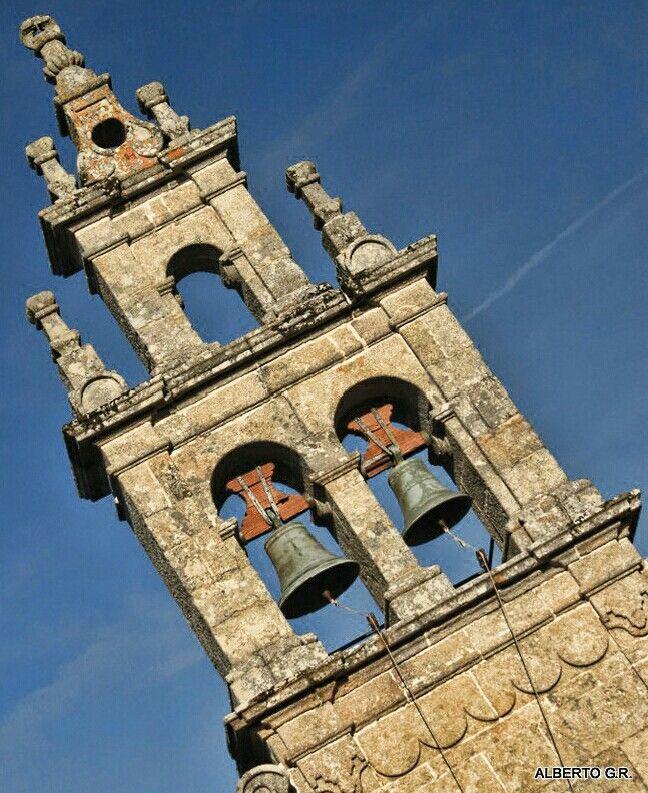 Iglesia de Santiago de Adragonte  Está situada en el lugar de Areas, perteneciente a la parroquia de Santiago de Adragonte. Es una iglesia de estilo barroco del siglo XIX. Su estructura arquitectónica es de planta rectangular con una sola nave y un pequeño cuerpo añadido que hace la función de sacristía.