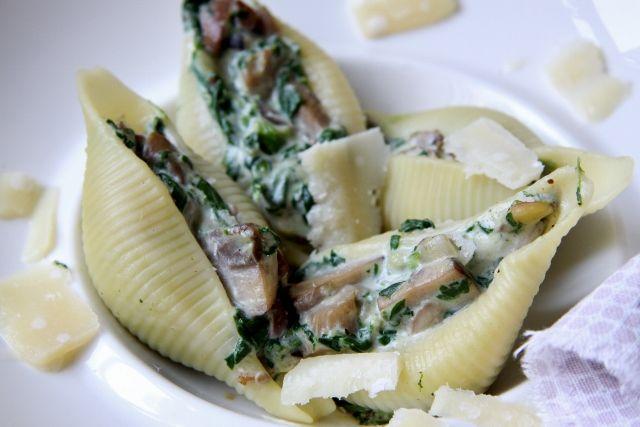 Ik maak dit lekkere en vegetarische recept voor pasta met spinazie op drukke dagen. het is snel, lekker en gezond!
