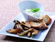 Lo tzatziki è un tipico antipasto greco a base di yogurt, usato anche come salsa o contorno. Questa ricetta lo presenta in abbinamento con deliziose melanzane fritte.