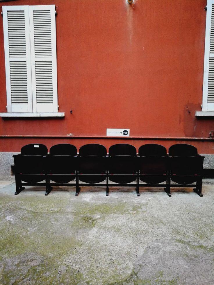 Sedie da teatro in legno fine 800.  Ne abbiamo disponibili 18 sedute divisibili su richiesta.  Conservate perfettamente hanno il porta giornale nello schienale e il gancio in ottone per le borse.  La file intera nella foto misura 318x33 84h schienale Per altre info scriveteci!! #magazzino76 #viapadova #M76 #viapadova76 #antiquariatoviapadova #vintageviapadova #nolovintage #antiquariatonolo  #modernariatoviapadova #modernariatonolo #nolodesign #sediecinema #sedieteatro…