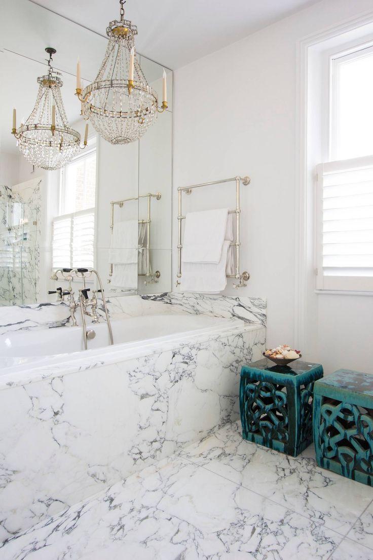 Красивый дизайн ванной комнаты: 120 фото различных стилей оформления http://happymodern.ru/krasivyy-dizayn-vannoy-komnaty/ Эклектичная ванная комната: белые стены, хрустальная люстра, мрамор и марокканские аксессуары