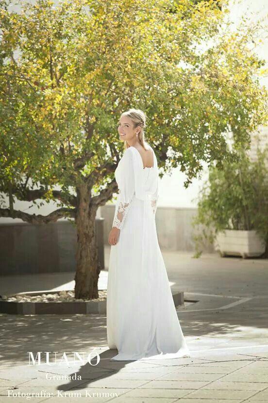 Vestido de novia Muanó. Puños y espalda de encaje y botoncitos. Fotografía krum krumov