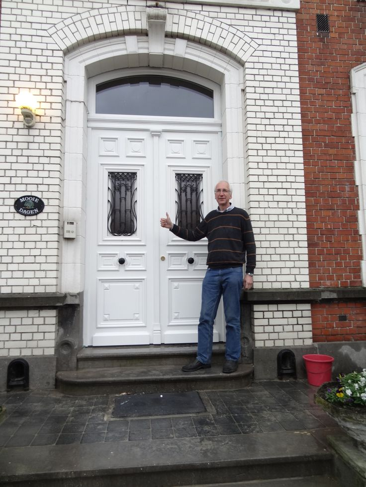 Een tevreden klant met een dubbele voordeur van Atelier Schrauwen.