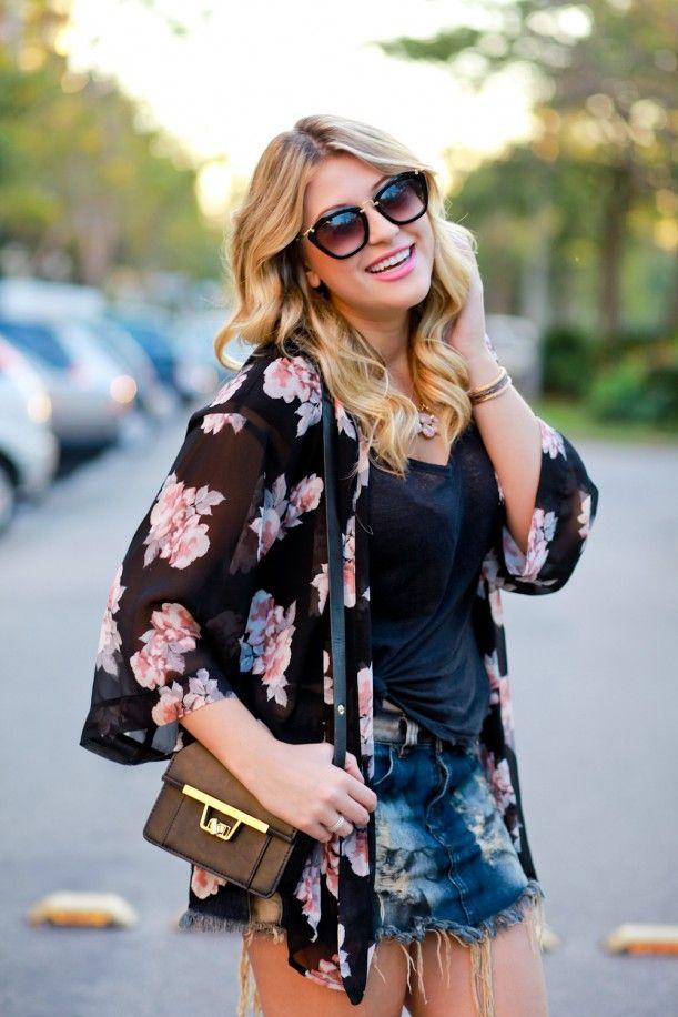 Niina Secrets com look do dia: kimono floral e shorts jeans