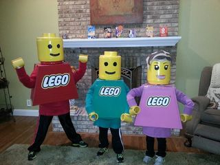 DIY Halloween Costume - Lego people instructions!  For the kids that love these timeless blocks, what could be better?!?  Too cute! :)