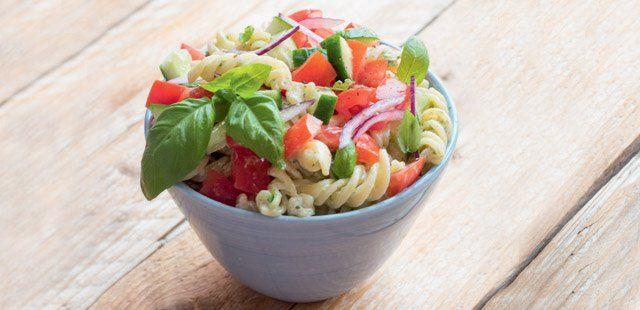 Sałatka makaronowa z pomidorami i bazyliowym majonezem