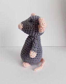 Little grey mouse - free crochet pattern by Karen Goss.