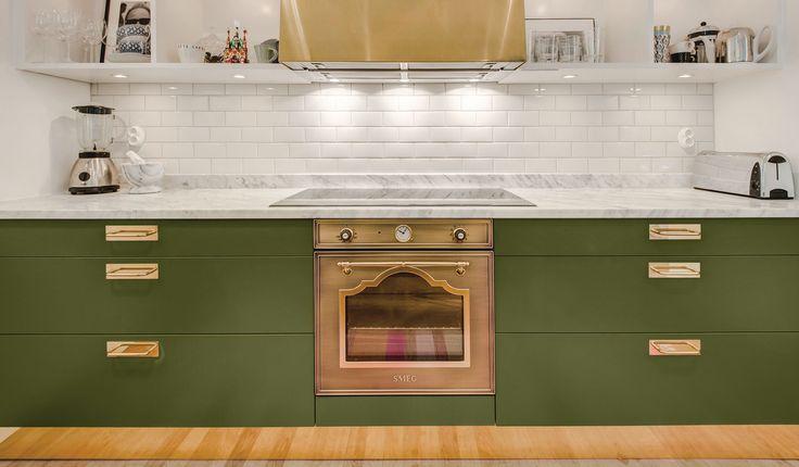 Grönt kök med mässing
