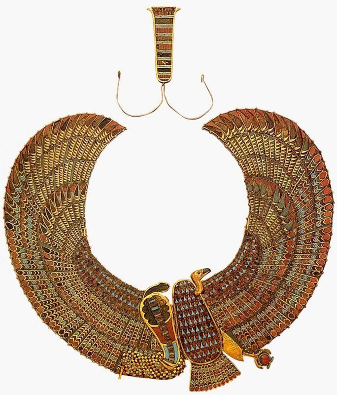 Ожерелье с изображениями грифа и кобры Золото, сердолик, бирюза, цветная паста; инкрустация Ожерелье-пектораль с изображениями богини Нехбет в облике грифа и богини Уаджит в виде кобры. Гриф и кобра олицетворяют соответственно Верхний и Нижний Египет и символизируют их единство под властью фараона