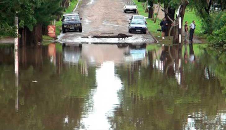 Hay un total de 885 personas desplazadas: 525 son evacuadas y 360 autoevacuadas . Foto: SINAE. Inundaciones en Canelones