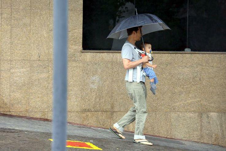 Matthew McConaughey passeia com caçula na chuva em Minas Gerais