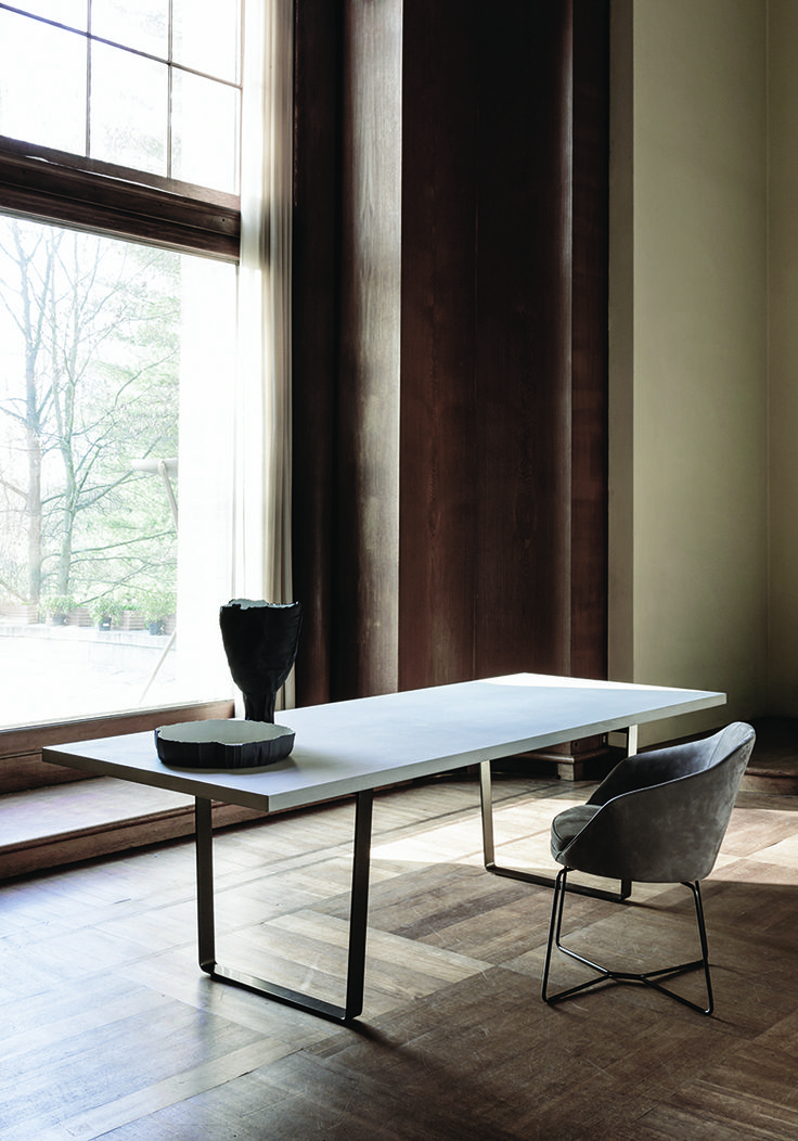 9400 Ribbon is a rectangular table with a wooden top and metal legs, with a very eye-catching effect. The table has been designed to match the armchair and it is also available with a peculiar anti-stain concrete-effect table top.