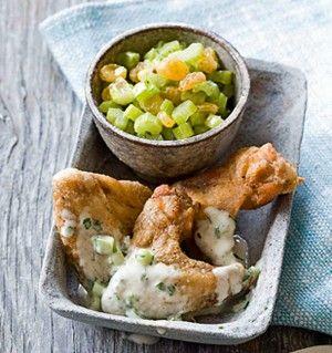Krokante kippenvleugels met blauwekaasdressing en selderijsalsa