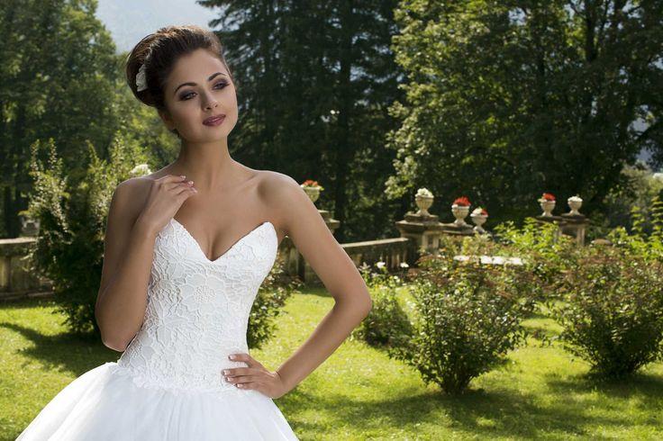 Nádherné svadobné šaty so širokou sukňou a s krajkovaným živôtikom s hlbokým výstrihom bez ramienok