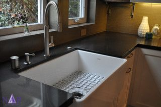 Franke's apron front sink in white (MHK110-28WH) with black granite counter top. Kitchen designer @narkitchens