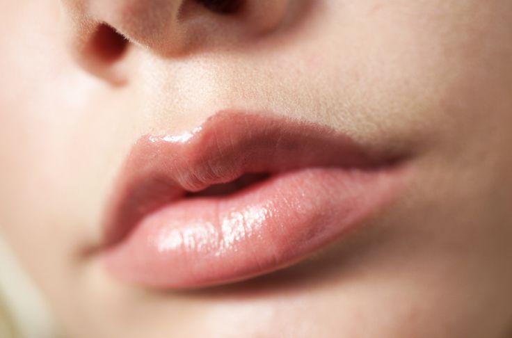 TIP 10 NO OLVIDES TUS LABIOS Cuando tus labios se resecan suelen producirse ligeras callosidades y nada será capaz de penetrar la piel para curarla. Mantenlos en excelente estado con un exfoliante, Combina aceite de coco o vaselina con una cucharada de azúcar, humectante natural y frótala en tus labios con movimientos circulares.