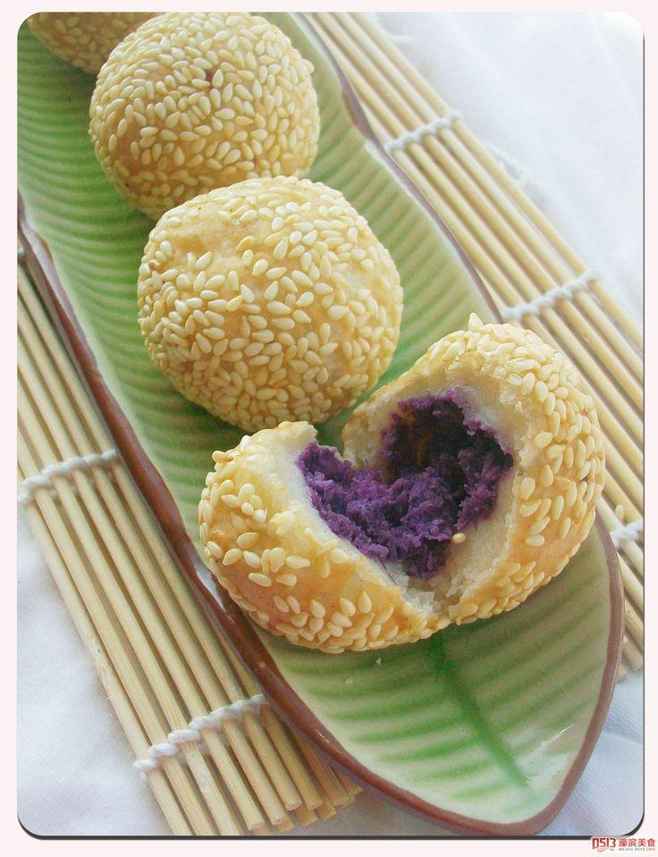 El jian dui es un tipo de pastel chino hecho de harina de arroz glutinoso recubierto con semillas de sésamo por fuera y crujiente y masticable.