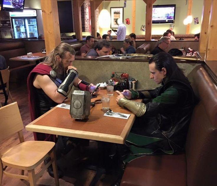 Captured this awkward family dinner http://ift.tt/2xAsvg1