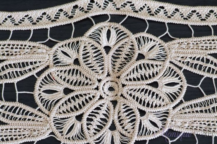 Крем точка дантела плетене на една кука