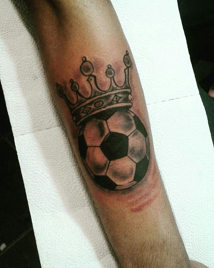 Tatuaje De Pelota De Futbol Con Una Corona Tatuajes Tatuajes