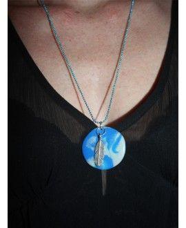 Lorelei   12,00 € TTC  Livraison : 2 à 5 jours  Pendentif en pâte polymère bleu avec une plume monté sur une chaine bille bleue peut être porté en journée comme en soirée .  Toutes nos breloques et chaine sont en métal sans nickel et sans plomb