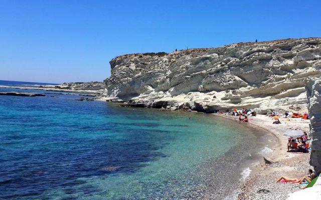 Alaçatı'daki Delikli Koy, eğer arabayı bıraktıktan sonra biraz zorlu ama kısa bir yoldan aşağıya yürümeyi göze alırsanız, size hiç kimsenin olmadığı bir plaj ve pırıl pırıl, serin bir deniz sunuyor. #Maximiles #Turkey #Türkiye #Alaçatı #DelikliKoy #deniz #plaj #denizmanzarası #gezilecekyerler #gidilecekyerler #koylar #plajlar #yürümeyolu #yürüyüş #doğa #doğamanzarası #doğamanzaraları