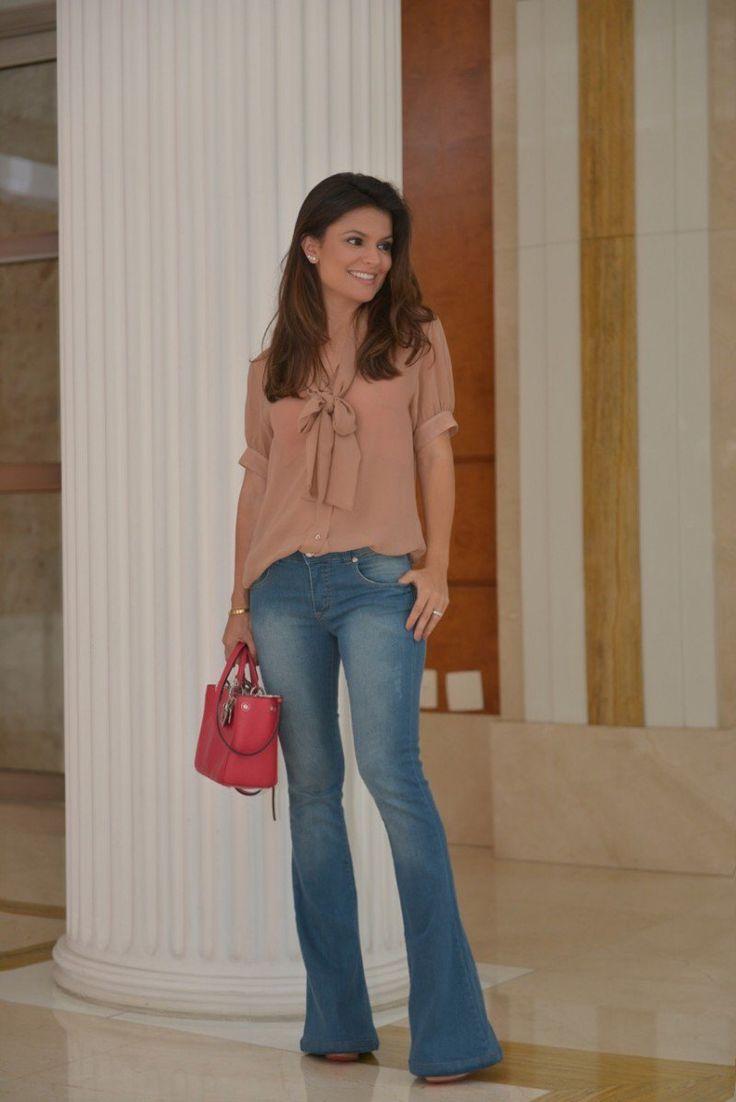 """Fotografei um look que usei na semana passada e adorei. Amo camisa e esta de manga curta (mais fresquinha) e gola de laço já virou meu xodó, e estou adorando este modelo de calça jeans, já estava querendo dar um tempo no modelo skinny e ainda veste super bem, """"alonga e afina"""" as pernas!!! Blusa …"""