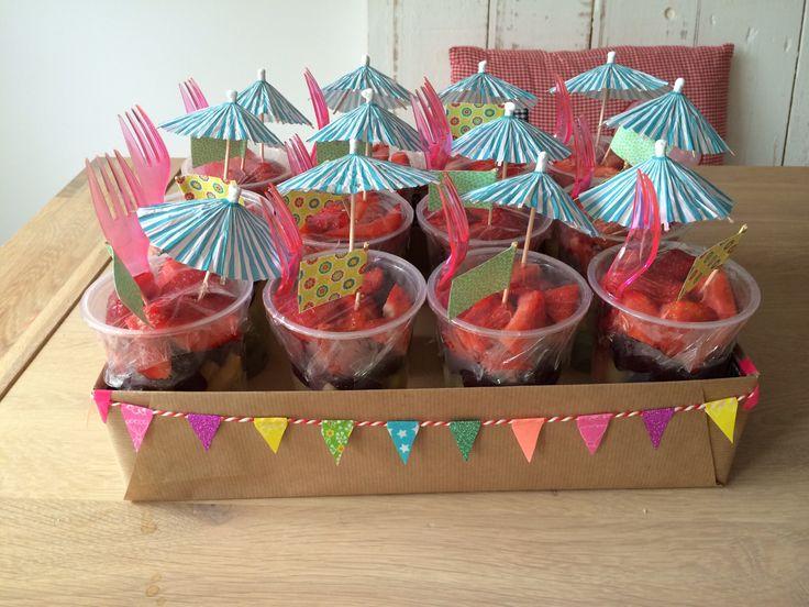 Traktatie voor de juffen; een lekkere beker fruit in kleurige laagjes!!!