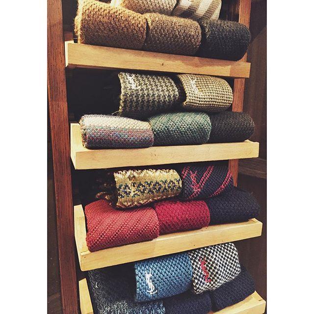 Hösten är här och med den en massa varma nyheter i butiken.  Bland annat fantastiska virkade slipsar från YSL i de perfekta hösttonerna!🍁🍂☕️