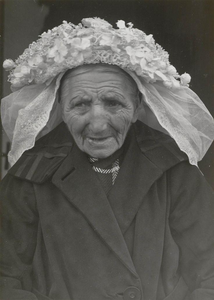 Hoogeloon (Noord-Brabant); woman with 'poffer', 1942