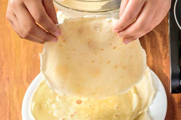 Cómo hacer crepas fácilmente con la receta básica. Sigue los pasos para hacer masa de crepas dulces o saladas, añádele nutella, queso crema y más.