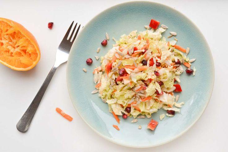 Chinese kool is ontzettend gezond! Maak daarom ook eens deze kleurrijke salade van Chinese kool, met een fruitige sinaasappel & mosterd dressing!