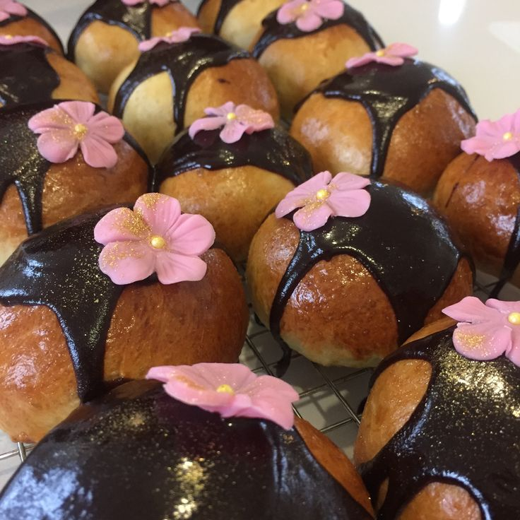 """RIGTIG GODE!!! Fastelavnsboller – klassiske fastelavnsboller med kagecreme og chokoladeglasur. """"Jeg bager fastelavnsboller til fastelavn – og på alle andre tider af året. Det er da en af de bedste opfindelser, hvis du spørger mig – kombinationen af kagecreme, boller og chokolade..."""