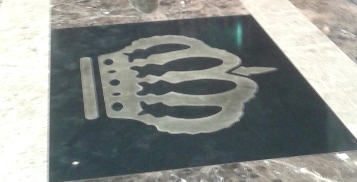 We can realize personalized logo for your company or shop.   Here is an example in quartz and metal.