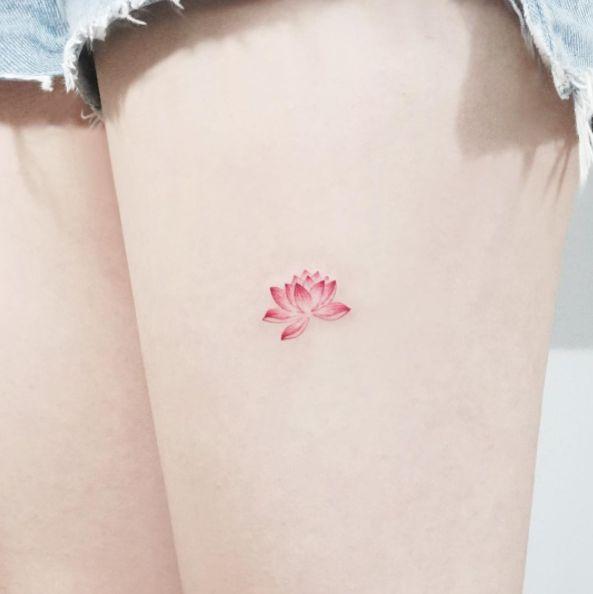 Un lotus pequeñito y sensual. | 21 Delicados tatuajes que vas a querer antes de que se acabe el 2016