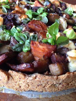 Recept voor een fantastische vegetarische hartige taart (quiche) bomvol gezonde groenten! Met een bodem van amandel- en boekweitmeel en olijfolie.