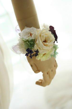リストブーケ プリザーブド オフホワイトとブドウ色 北海道へ : 一会 ウエディングの花