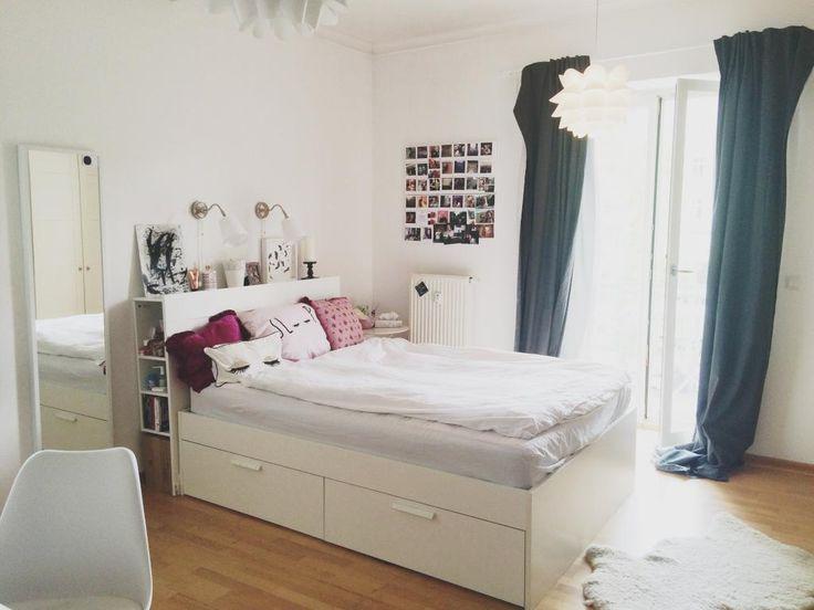 WG-Zimmer einfach einrichten. Hier ein absolutes Traum-WG-Zimmer aus Berlin: flauschiger Teppich, hohes Bett, Spiegel, gemütliche Kissen und Deko in warmen Farben.