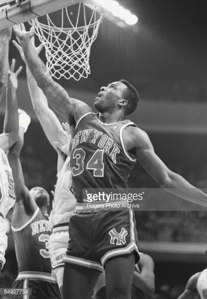 Fotografia de notícias : Charles Oakley of the New York Knicks takes a...