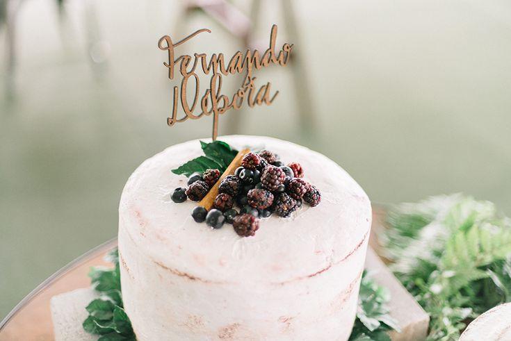 Bolo de Casamento simples e rústico, com toque de amoras no topo e nome dos noivos em madeira.