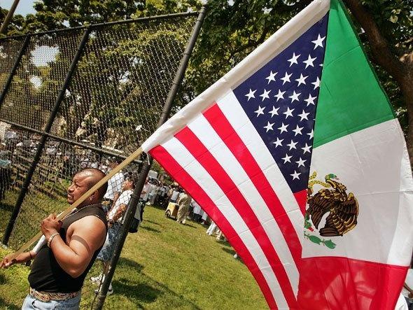 Esta imagen muestra un hombre mexicano que lleva una bandera.  La bandera es especial porque la mita de la bandera es la bandera americana, y la otra mitad de la bandera es la bandera mexicana.  Esta foto es importante porque es un símbolo de como sienten muchos otros mexicanos y latinoamericanos que han inmigrado a los Estados Unidos.  Es importante para la gente reconocer que los inmigrantes quieren ser un parte de ambos de sus culturas y que es posible ser parte de culturas diferentes.