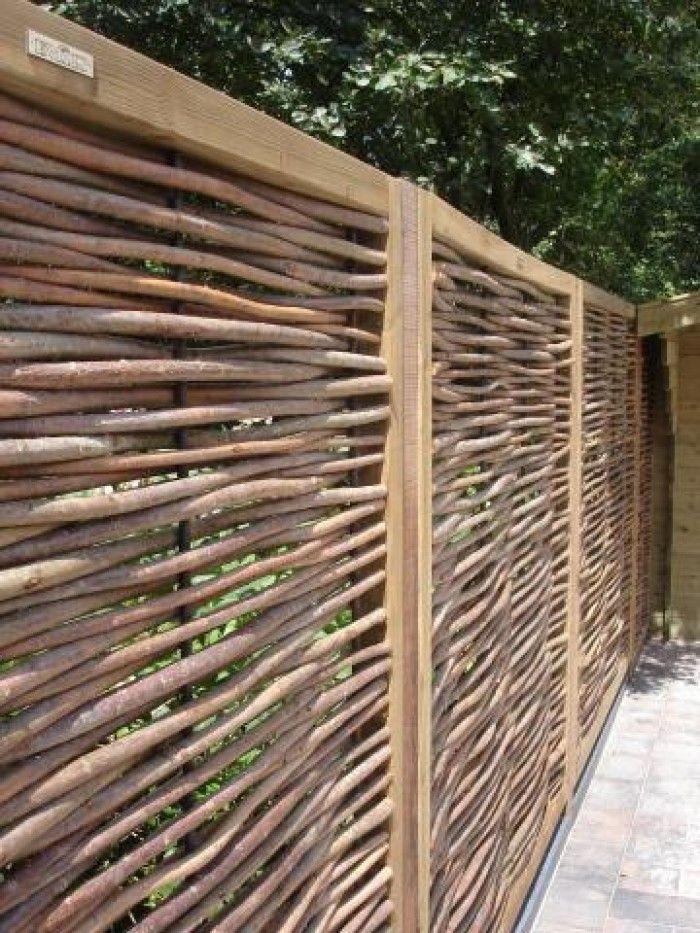 Zelf een nieuw ontwerp maken voor de oude tuin. - Natuurlijke tuinafscheiding, mooie wilgentakken toch strak.