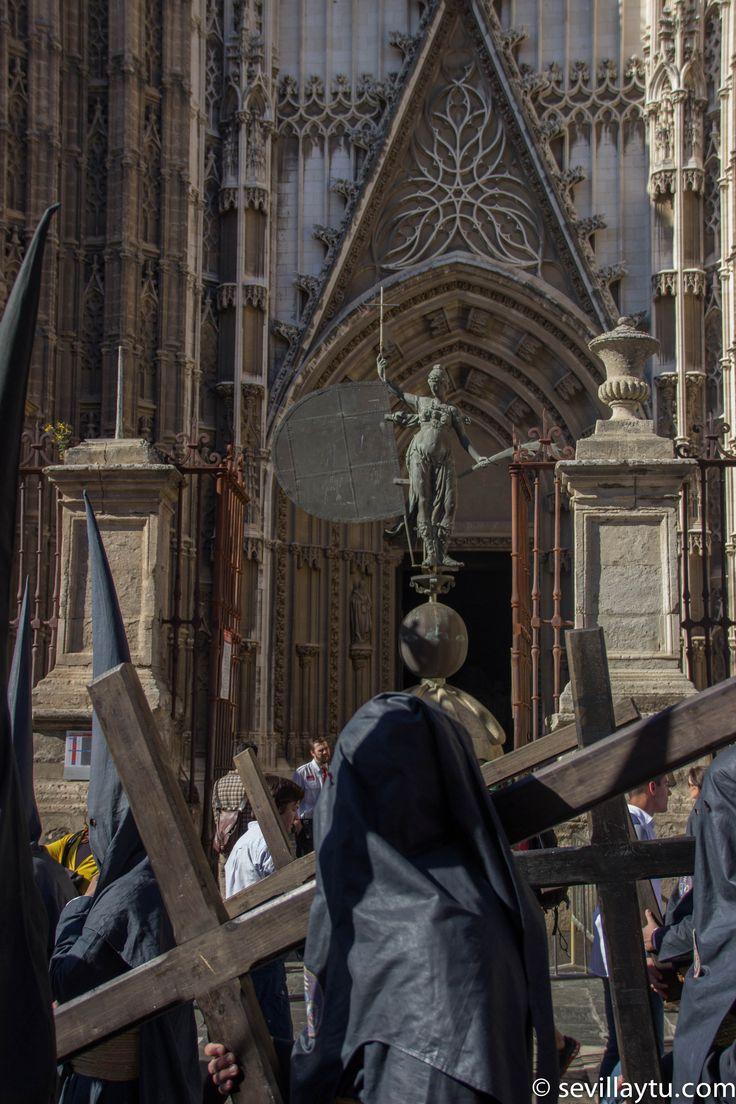 Martes Santo. Penitentes de la Hermandad de Los Estudiantes.