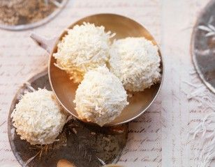 Kokos-Schneebällchen Rezept: Kuvertüre,Palmin,Ananasringe,Vollkornbutterkekse,Kokosraspel,Gefrierbeutel,Backpapier